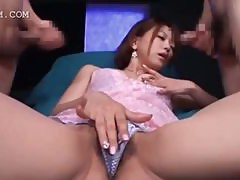 Aroused asian vibing her fuck hole between two dicks