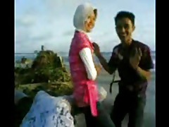 Indonesian- cewek jilbab mesum di tepi pantai